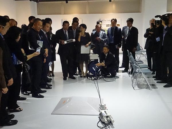 ビジターセンター内を視察するカンボジア フン・セン首相